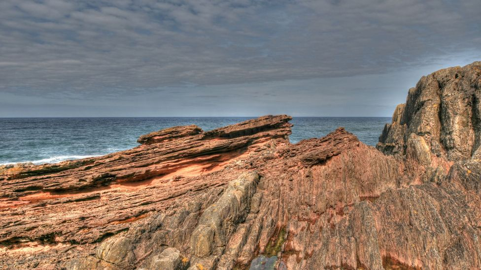 The cliff's sandstone was formed 65 million years after the greywracke, giving Hutton the unconformity he needed (Credit: John Van Hoesen)