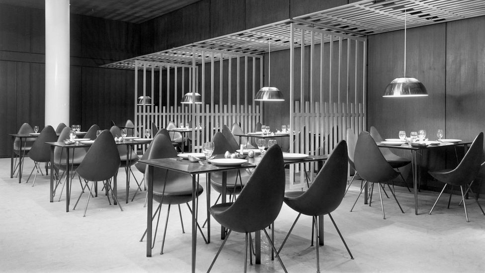 The Jacobsen-designed restaurant of the Royal Hotel as it looked originally (Credit: Fritz Hansen)