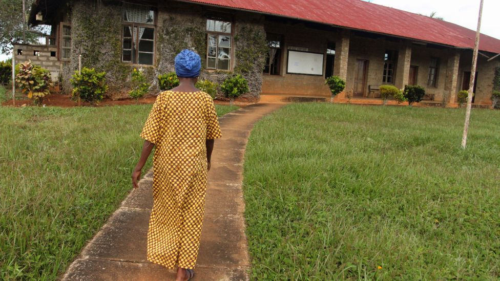 Former technician Esther Kika approaches the research station (Credit: Rachel Nuwer)