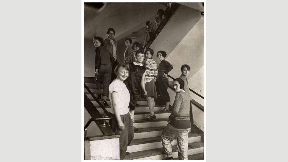 The women from bauhaus weaving workshop on the staircase of the Bauhaus building in Dessau,1927 (Foto: T Lux Feininger Bauhaus-Archiv Berlin/ Copyright: Estate of T Lux Feininger)