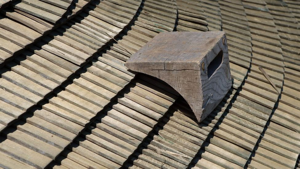 The stacked wooden shingles must be thick enough to protect against the winter cold, but thin enough to dry without rotting (Credit: Fribourg Region)