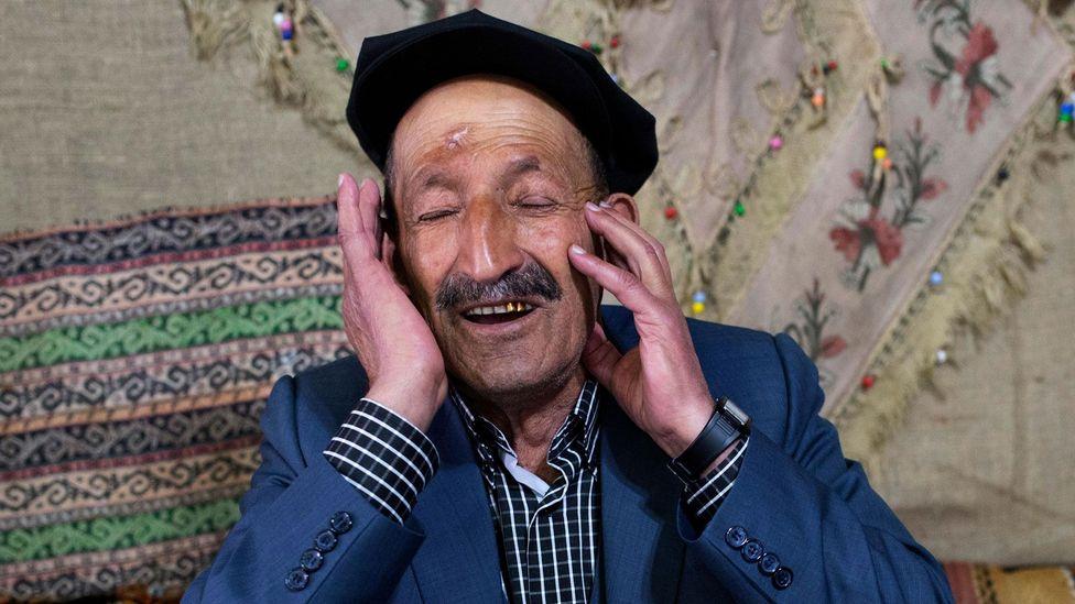 A dengbêj singer in Diyarbakır, Turkey