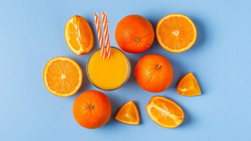 Como o suco de frutas remove a maior parte de suas fibras, sua frutose conta como 'açúcares livres', que são menos saudáveis (Crédito: Getty)