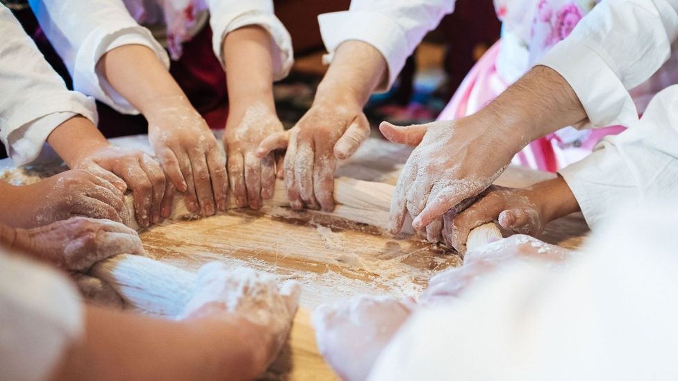 Making ćetenija requires multiple pairs of hands, and coordinated teamwork is crucial (Credit: Haris Calkic)