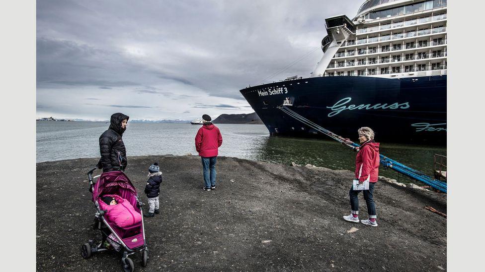 The population of Svalbard more than doubles when a cruise ship disembarks: Longyearbyen, Norway, July 2018 (Credit: Kadir van Lohuizen – NOOR for Fondation Carmignac)