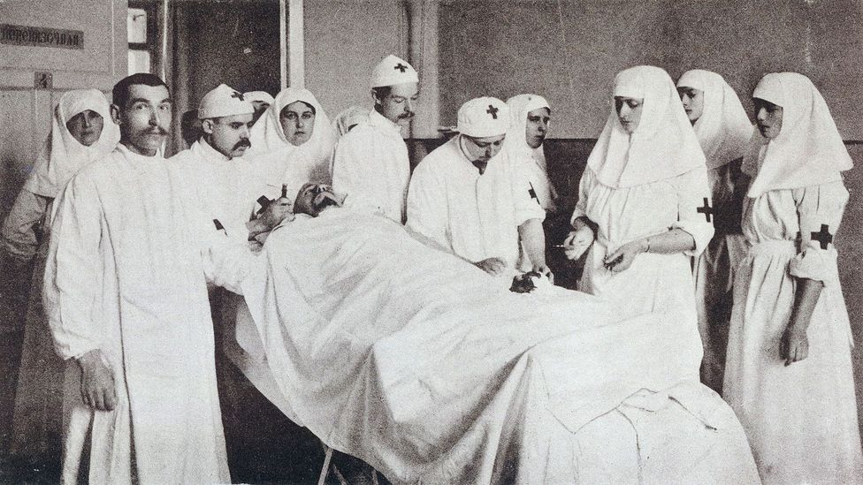 Gedroits, aided by the Empress Alexandra and Grand Duchesses Olga and Tatiana, operates on a patient (Credit: Wikimedia Commons)