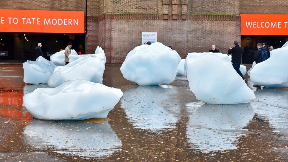 Olafur Eliasson placed melting iceberg pieces in front of the Tate Modern in London (Credit: Getty Images)