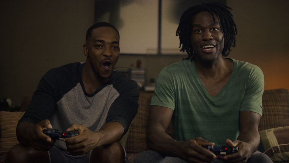 In Striking Vipers, Anthony Mackie and Yahya Abdul-Mateen II play video game-playing best buddies (Credit: Netflix)