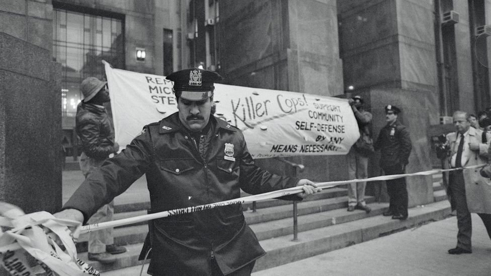 After officers were acquitted of all charges in the death of Michael Stewart, demonstrators protested outside the criminal courts. (Credit: Getty Images)