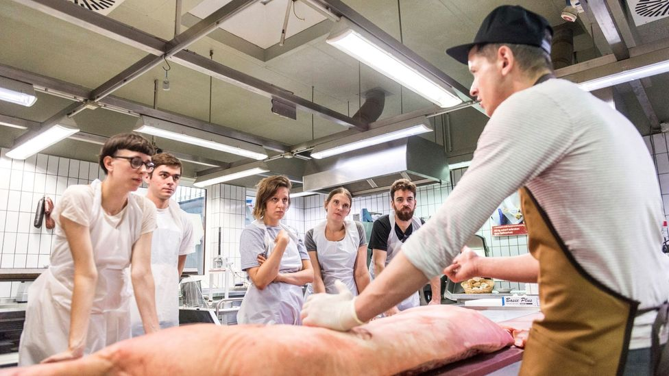 Master butcher Jörg Förstera teaches a lesson on meat cutting at Kumpel & Keule in Berlin. (Credit: Hendrik Haase/Kumpel & Keule)