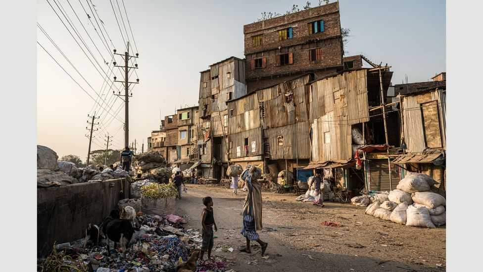 Most migrants who head to Dhaka end up in slums similar to this one (Credit: Ignacio Marin/ Institute)