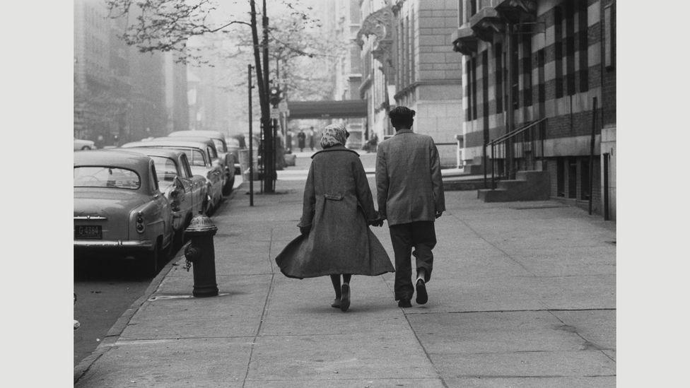 Couple walking, Park Avenue, 1960 (Credit: Estate of Roy DeCarava. Courtesy David Zwirner)