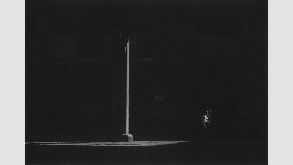 Couple walking under elevated, 1967 (Credit: Estate of Roy DeCarava. Courtesy David Zwirner)