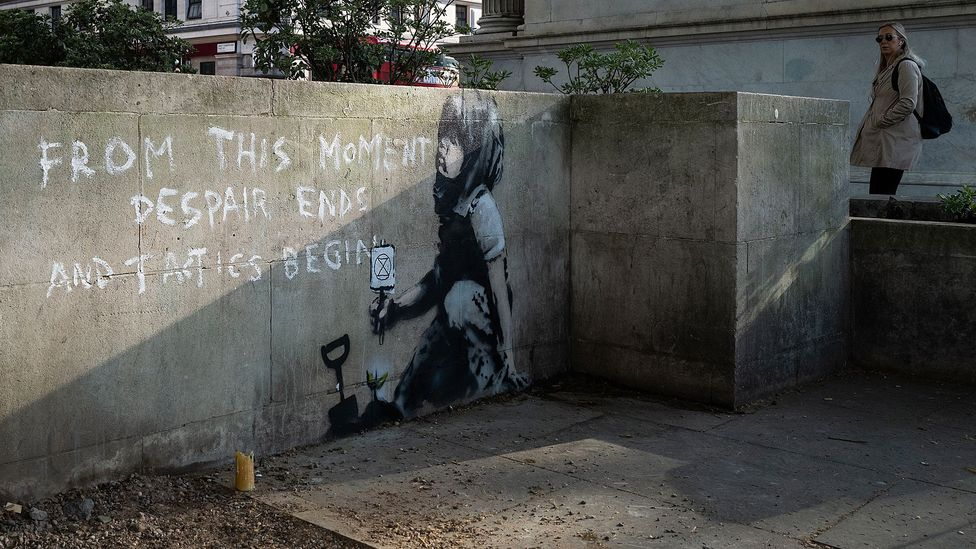 Banksy tarafından yapıldığına inanılan - iklim değişikliği aktivist hareketi Extinction Rebellion'ın logosunu taşıyan bir duvar resmi, Nisan 2019'da Londra'da ortaya çıktı.