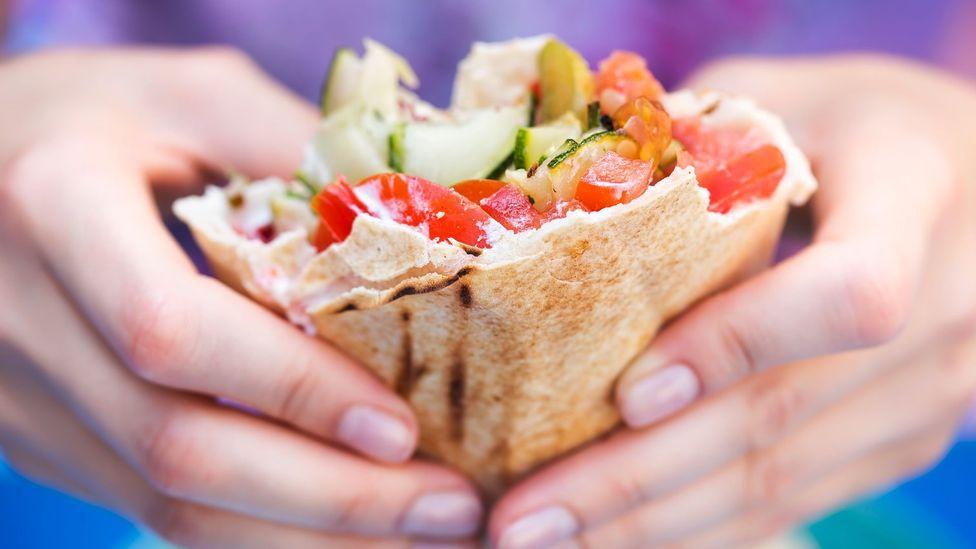 Pessoas que comem dietas veganas ou vegetarianas tendem a ter um risco menor de desenvolver doenças cardíacas (Crédito: Getty Images)