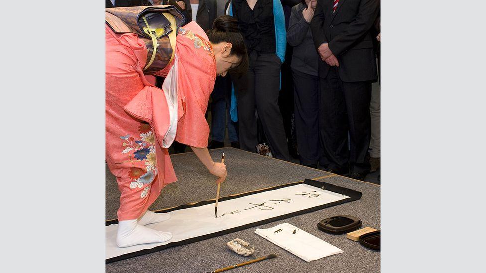 Today, Kaoru Akagawa uses Kana, a mostly forgotten script traditionally used by Japanese women, in her art (Credit: Kaoru Akagawa)