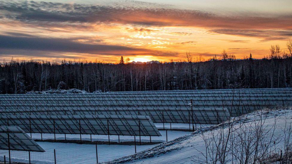 Fazenda solar no Artico tornou possível devido ao avanço da tecnologia e queda dos preços das placas Solar farms close to the Arctic Circle have become viable with advances in solar technology and decreasing costs of panels (Credit: Fischer Knapp)
