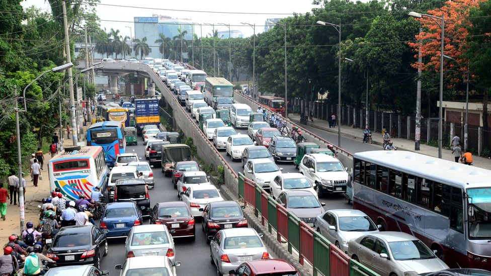 A global survey in 2019 found 48百分比 of respondents work on their commute (Credit: Getty Images)