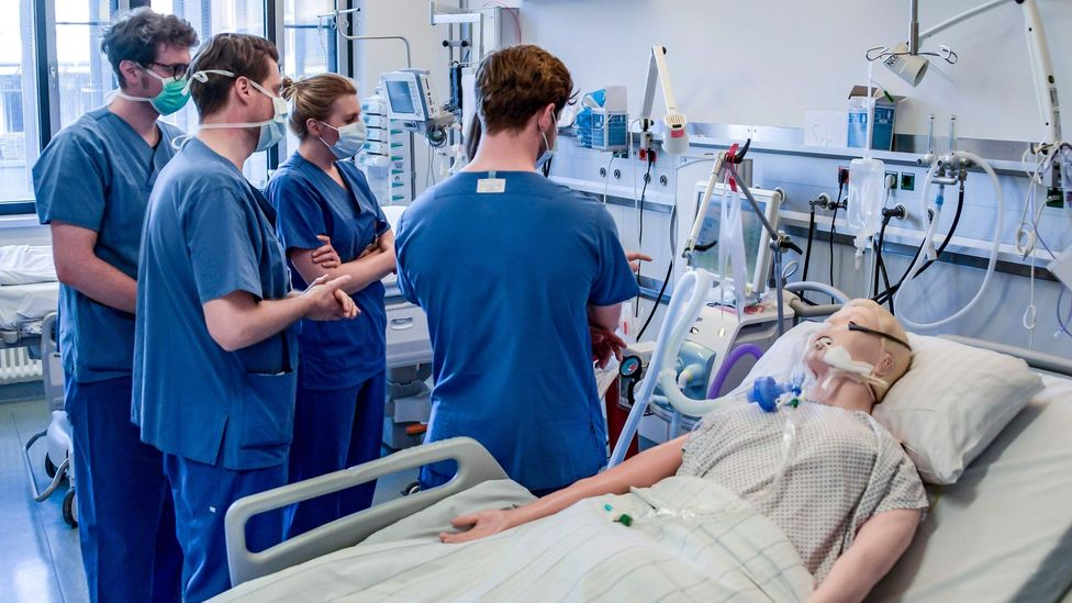 Hospital doctors are taught how to handle a ventilator at the Universitaetsklinikum Eppendorf in Hamburg, Germany in March 2020 (Credit: Getty Images)