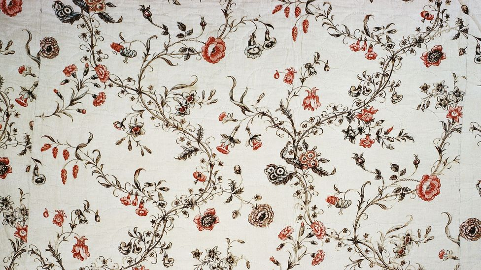 A coverlet of typical English chintz – the floral fabric in fact originated in India