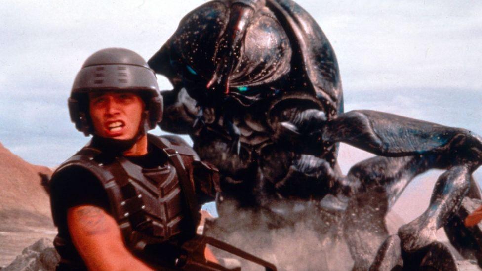 Starship Troopers fait partie des autres films américains de Verhoeven qui ciblent le paysage socio-politique fétide du pays (Crédit: Alamy)