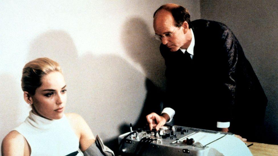Joe Eszterhas et le film précédent de Paul Verhoeven, Basic Instinct, ont été un succès considérable qui leur a donné libre cours à la création de Showgirls (Crédit: Alamy)