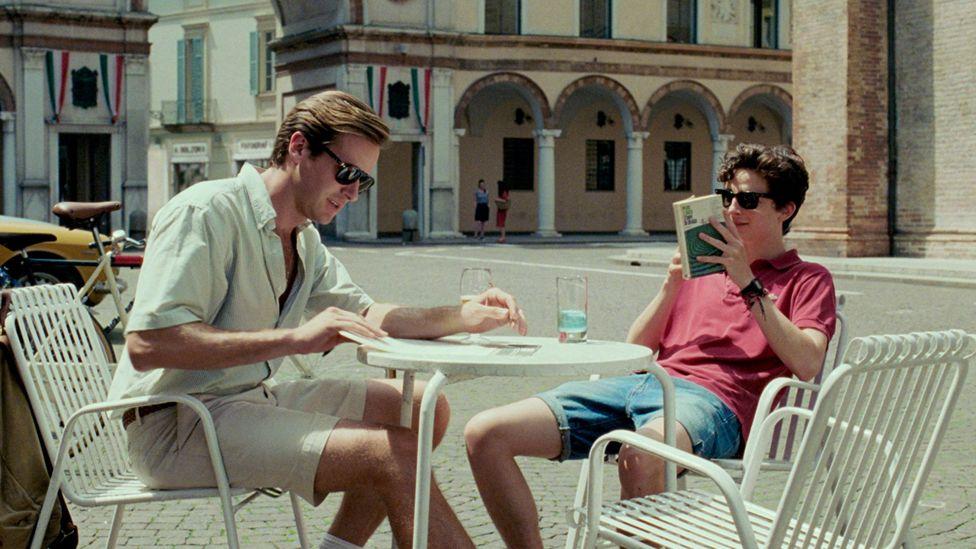 2017 yapımı film hiti haline gelen André Aciman'ın Call Me By Your Name, güneşli bir İtalyan ortamını cinsel uyanış ve nostalji duygusuyla harmanlıyor.