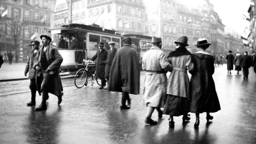 Kitapta, insanların günlük kararları - öksürük ile tramvaya binmek gibi - daha büyük etik önem kazanıyor (Kredi: Getty Images)