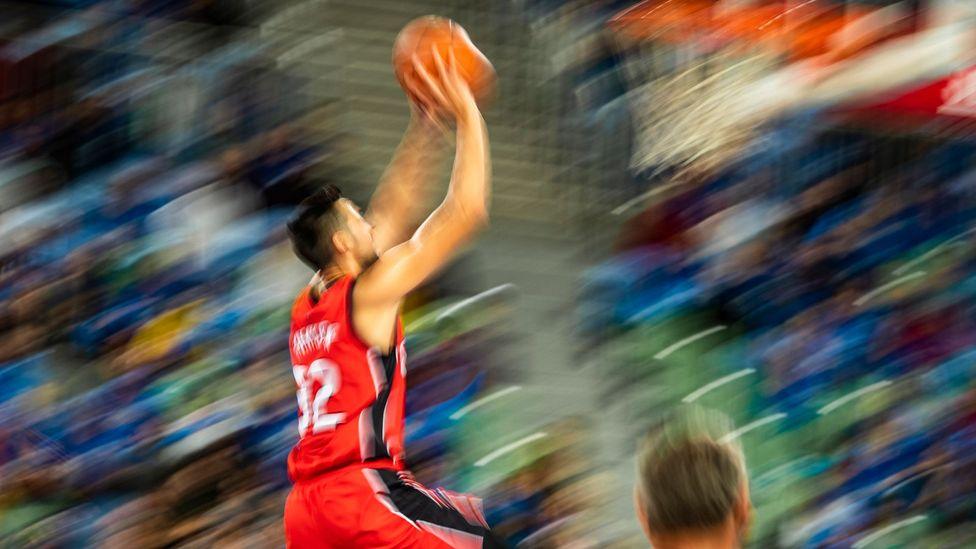 מחיקת עבירות לפני ירייה עלולה לגרום לשחקני כדורסל זועמים להיות מדויקים יותר בזריקותיהם, מראה מחקרים (קרדיט: Getty Images)