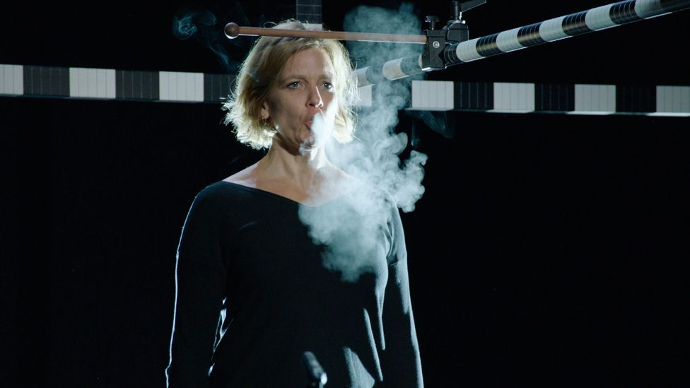 Kerstin Rosenfeldt inhaled a lungful of water vapour before singing to demonstrate how far respiratory microdroplets can travel (Credit: Bayerischer Rundfunk)