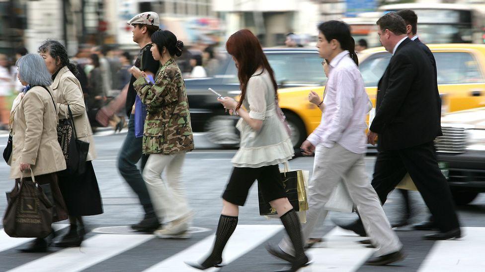 Caminhar distraído com o smartphone pode causar acidentes com você ou outras pessoas (crédito: Alamy)