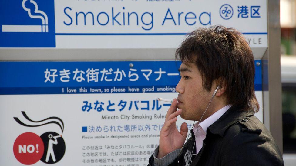 Algumas leis que impõem penalidades - como restrições de idade para fumar e beber - são amplamente ignoradas (crédito: Alamy)