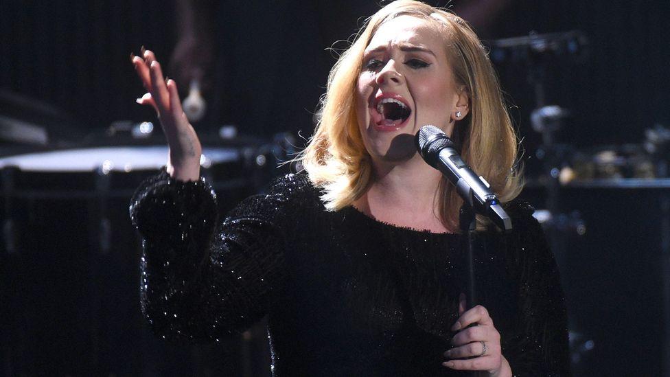 Adele actuando en 2015 en Alemania.  Ella siguió el ejemplo de Beyoncé y creó su propia personalidad llamada Sasha Carter