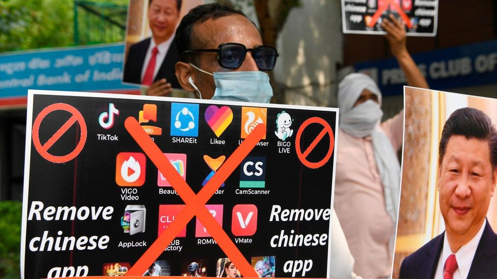 Demonstrators urge citizens to remove Chinese apps from their phone in New Delhi in June 2020 (Credit: Prakash Singh/Getty Images)