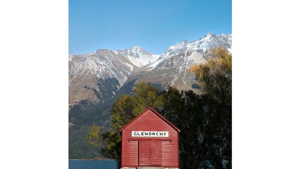 Hak atas foto Frida Berg Image caption Gudang dermaga, Glenorchy, Selandia Baru - gambar-gambar bersumber dari banyak buku yang semuanya berbagi estetika Wes (Hak atas foto Frida Berg)