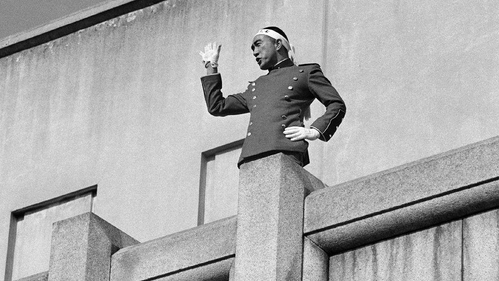 25 Kasım 1970'de Mishima, kendi canına kıymadan önce altında toplanan orduya bir konuşma yaptı (Kredi: Getty Images)