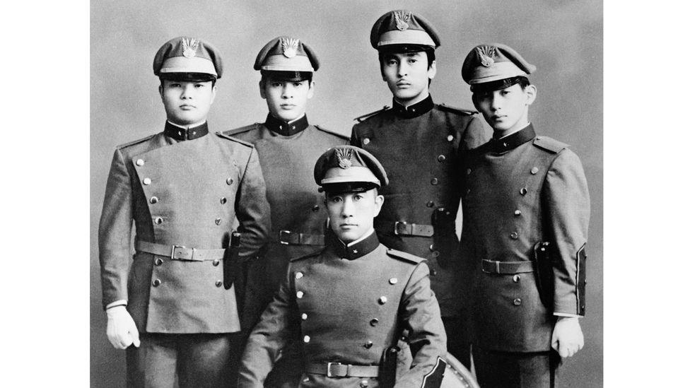 Ölümünden birkaç gün önce çekilen bu fotoğraf, Mishima'yı sadık öğrencileriyle birlikte gösteriyor (Kredi: Getty Images)