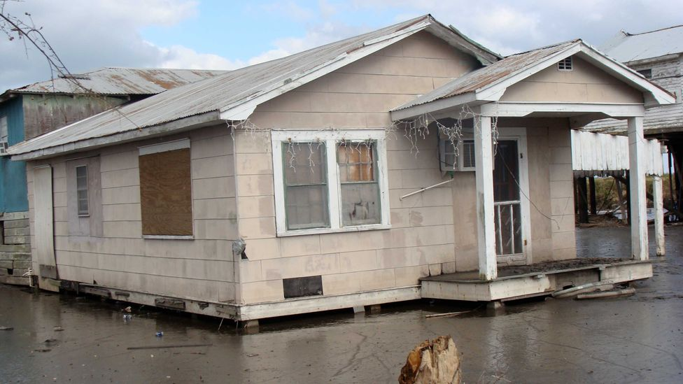 A house on Isle de Jean Charles after a hurricane (Credit: Karen Apricot New Orleans/Wikipedia/CC BY-SA 2.0)