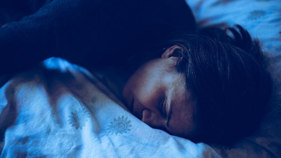 Es más probable que recordemos los sueños que tenemos justo antes de despertarnos o cuando nos sumergimos en el sueño (Crédito: Getty Images)