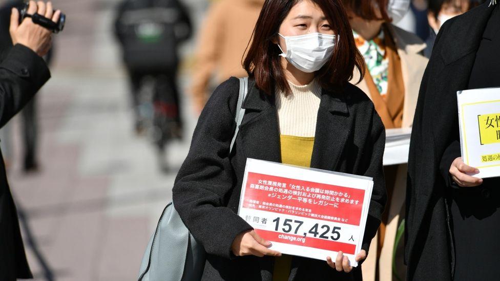 Momoko Nojo, hier mit ihrer Petition abgebildet, sagt, es sei wichtig gewesen, über Moris Kommentare zu sprechen (Bildnachweis: Momoko Nojo)