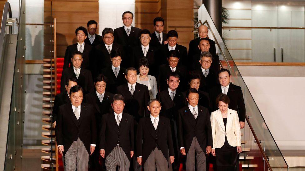 Als Japans neuer Führer, Yoshihide Suga, im September 2020 sein Amt antrat, nannte er nur zwei Frauen in seinem Kabinett (Credit: Alamy).