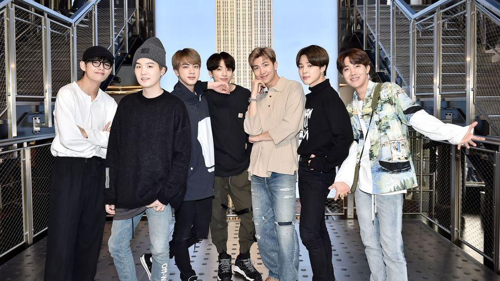 Image copyright Getty Images 이미지 캡션 K-Pop 방탄 소년단은 Z 세대에게 인기있는 남성미의 새롭고 부드러운 버전을 대표한다