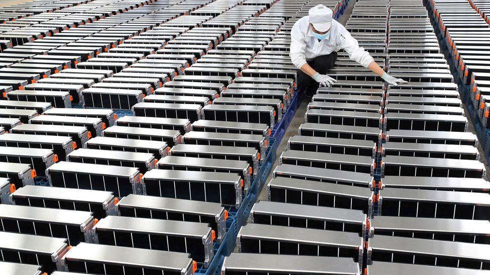 A demanda de lítio provavelmente acompanhará a necessidade crescente de baterias, como essas para carros em uma fábrica na China (Crédito: Getty Images)