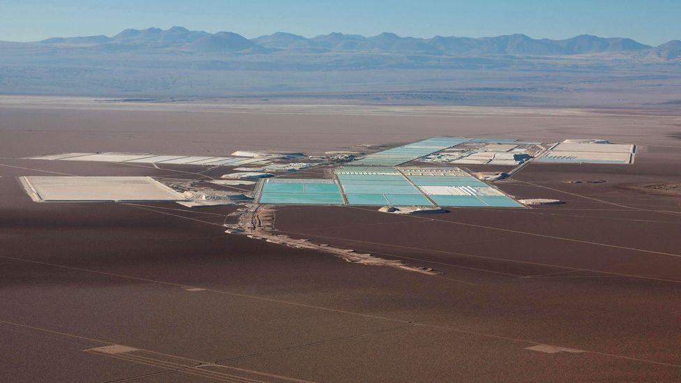 Enquanto isso, lugares como a mina de lítio Sociedad Quimica Mineral (SQM) ajudaram o Chile a se tornar um dos produtores primários do mundo (Crédito: Alamy)