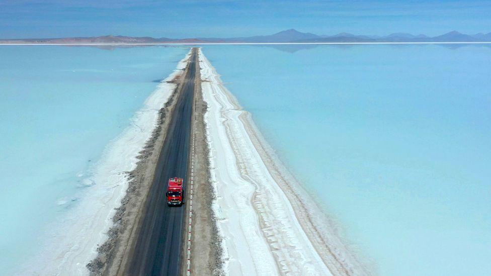 O Salar de Uyuni, na Bolívia, possui o que talvez seja o maior depósito individual do mundo (Crédito: Pablo Cozzaglio / Getty Images)