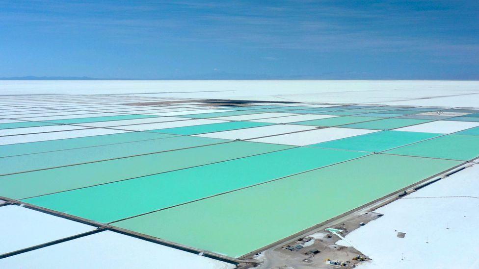 A salmoura é bombeada para a superfície e evaporada para concentrar os minerais.  Em seguida, é filtrado e tratado quimicamente para extrair o lítio (Crédito: Pablo Cozzaglio / Getty Images)