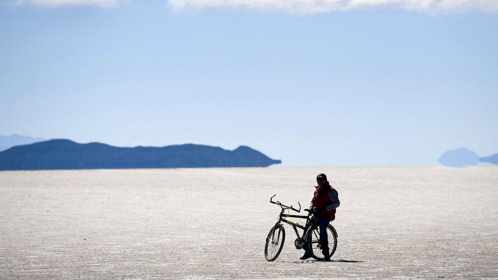 Nosso tour visual começa nas planícies salinas da América do Sul, que contêm centenas de milhões de toneladas de lítio (Crédito: Martin Bernetti / Getty Images)