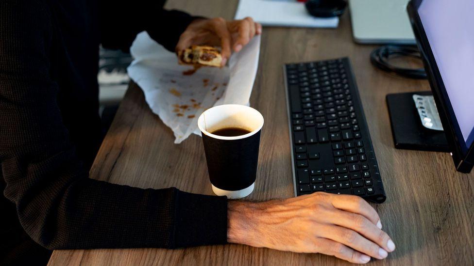 Llegar a su escritorio antes que nadie no es suficiente; debe pregonar sus logros (Crédito: Getty Images)