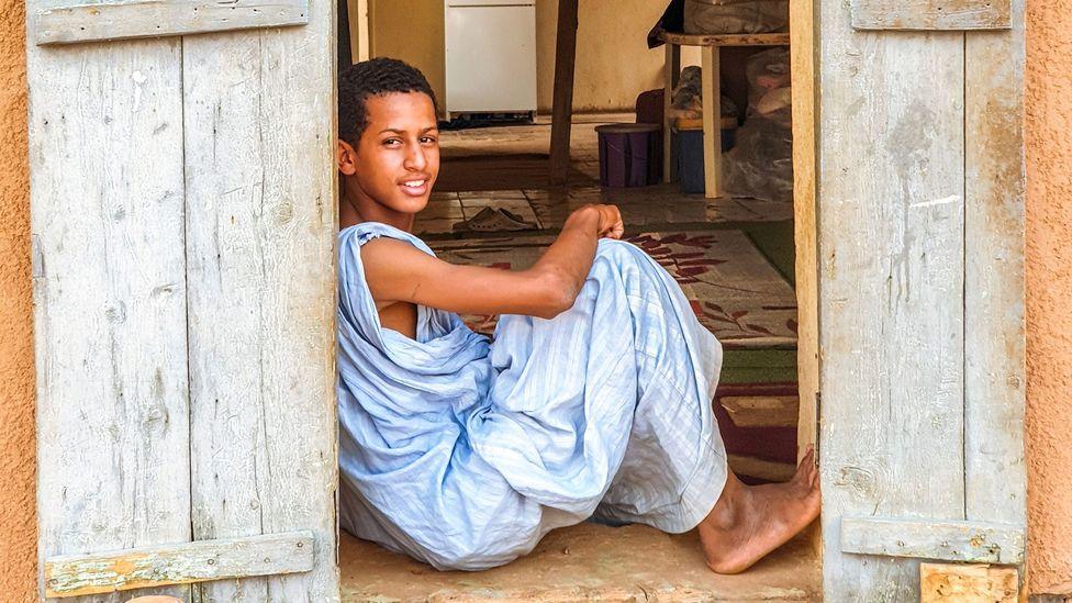 In Mauritania, younger generations regularly wear blue daraas (Credit: Juan Martinez)