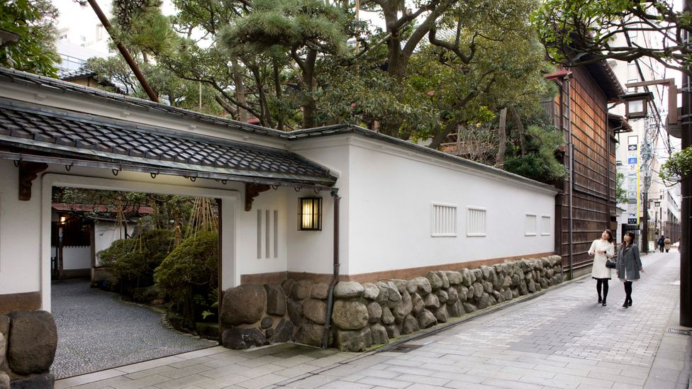 Visitors to Niigata can make a reservation at a ryotei in the Furumachi district to see geigis perform (Credit: Niigata Visitors & Convention Bureau)